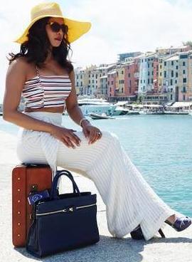tube fille assise